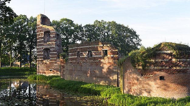 de ruine in batenburg is de ideale plek om een mooie wandeling te maken